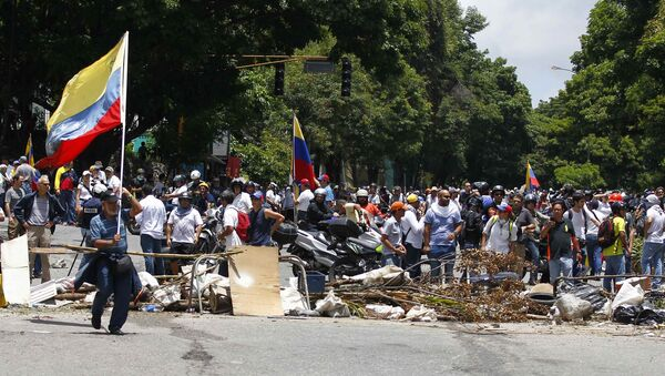 Сторонники оппозиции на баррикадах, в то время как в Каракасе проводятся  выборы в Учредительное собрание. 30 июля 2017