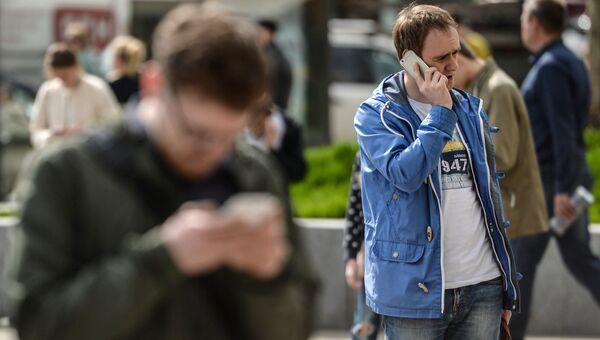Мужчина говорит по мобильному телефону. Архивное фото