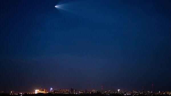 Пилотируемый корабль Союз МС-05, наблюдаемый в небе над Новосибирском после запуска с космодрома Байконур