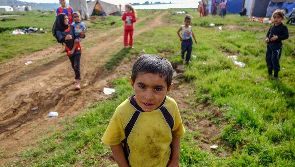 Дети одного из племен сирийских бедуинов-беженцев играют на месте стоянки возле поселка Квешра на севере Ливана рядом с границей с Сирией