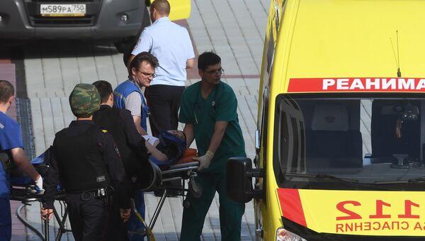 Транспортировка раненого к автомобилю скорой медицинской помощи у здания Московского областного суда,  в котром произошла перестрелка. 1 августа 2017