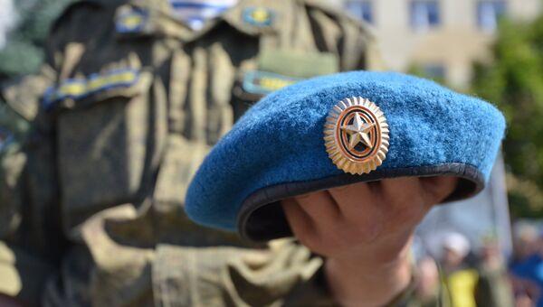 Берет в руке десантника на празднике дня ВДВ. Архивное фото