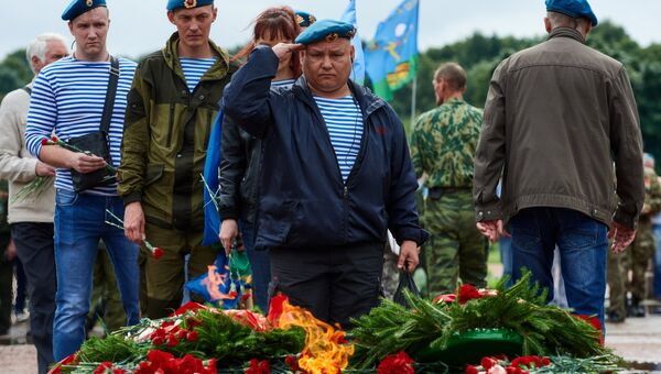 Возложение цветов к Вечному огню на Марсовом поле в Санкт-Петербурге в День Воздушно-десантных войск в Санкт-Петербурге
