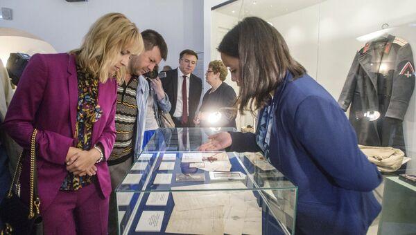 Посетители рассматривают документы из архива семьи Романовых, переданного музею-заповеднику Царское село и выставленного в экспозиции Россия в Великой войне