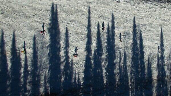 Горнолыжная трасса на склоне горы Зеленая горнолыжного курорта Шерегеш в Кемеровской области.