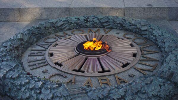 Вечный огонь на могиле Неизвестного Солдата в парке Славы в Киеве