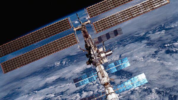 МКС в 2001 году. Видны солнечные батареи модулей «Заря» и «Звезда», а также ферменная конструкция P6 с американскими солнечными батареями