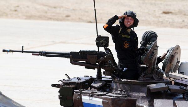Экипаж команды армии России участвует в индивидуальной гонке соревнований по танковому биатлону Армейских международных Играх-2017 на подмосковном полигоне Алабино
