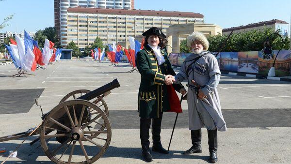 Артисты в образах исторического персонажа Петра I и чеченского воина на торжественной церемонии открытия улицы, названой в честь Санкт-Петербурга, в центре Грозного. 3 августа 2017