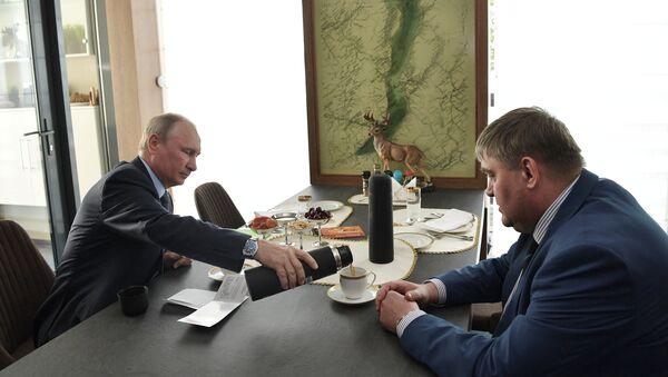 Президент РФ Владимир Путин на встрече с мэром города Черемхово Вадимом Семеновым во время посещения Байкальского государственного природного биосферного заповедник