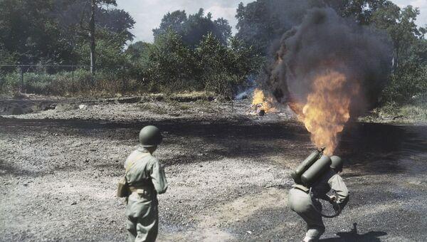 Американские военные во время стрельбы из огнемета на военной базе Форт-Беннинг