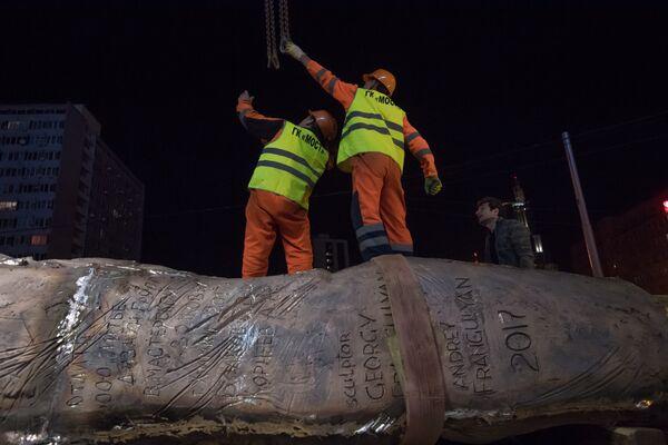 Рабочие выгружают элементы конструкции монумента Стена скорби