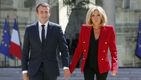 Президент Франции Эммануэль Макрон с супругой Брижит во дворе Елисейского дворца в Париже