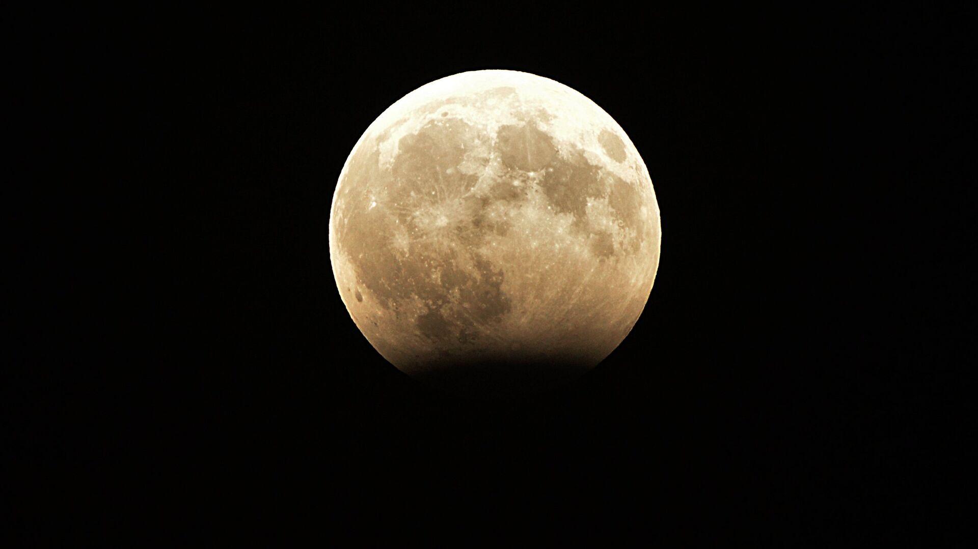Фаза частичного лунного затмения, наблюдаемая в Грозном. 8 августа 2017 - РИА Новости, 1920, 30.04.2021