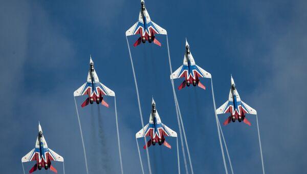 Многоцелевые истребители МиГ-29 пилотажной группы Стрижи