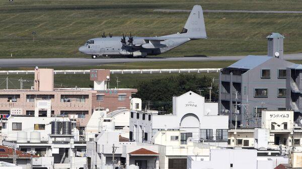 Военный грузовой самолет США на острове Окинава, Япония