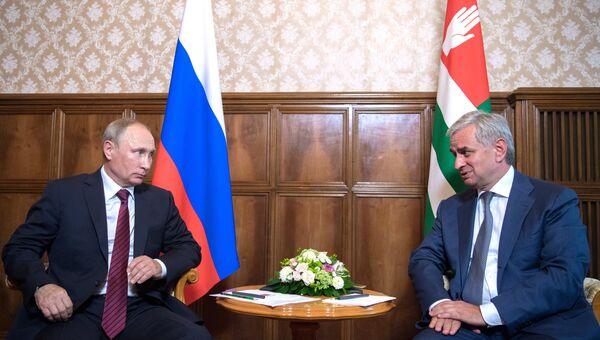 Встреча президента России Владимира Путина и президента Абхазии Рауля Хаджимба в Пицунде. Архивное фото