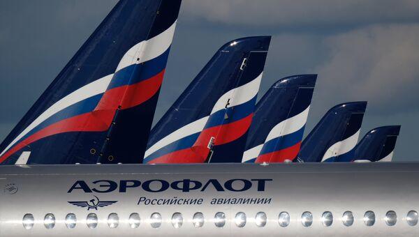 Sukhoi Superjet 100 на стоянке самолетов в аэропорту Шереметьево в Москве. Архивное фото
