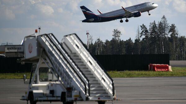 Airbus A320 взлетает в аэропорту Шереметьево в Москве