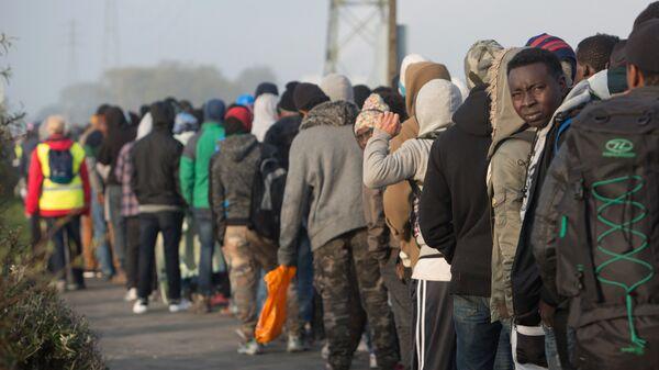 Беженцы рядом с лагерем в Кале