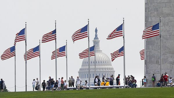 Люди возле Монумента Вашингтона в США