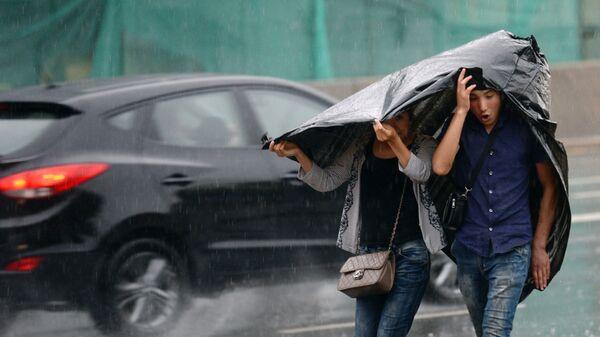 Прохожие на улице во время дождя