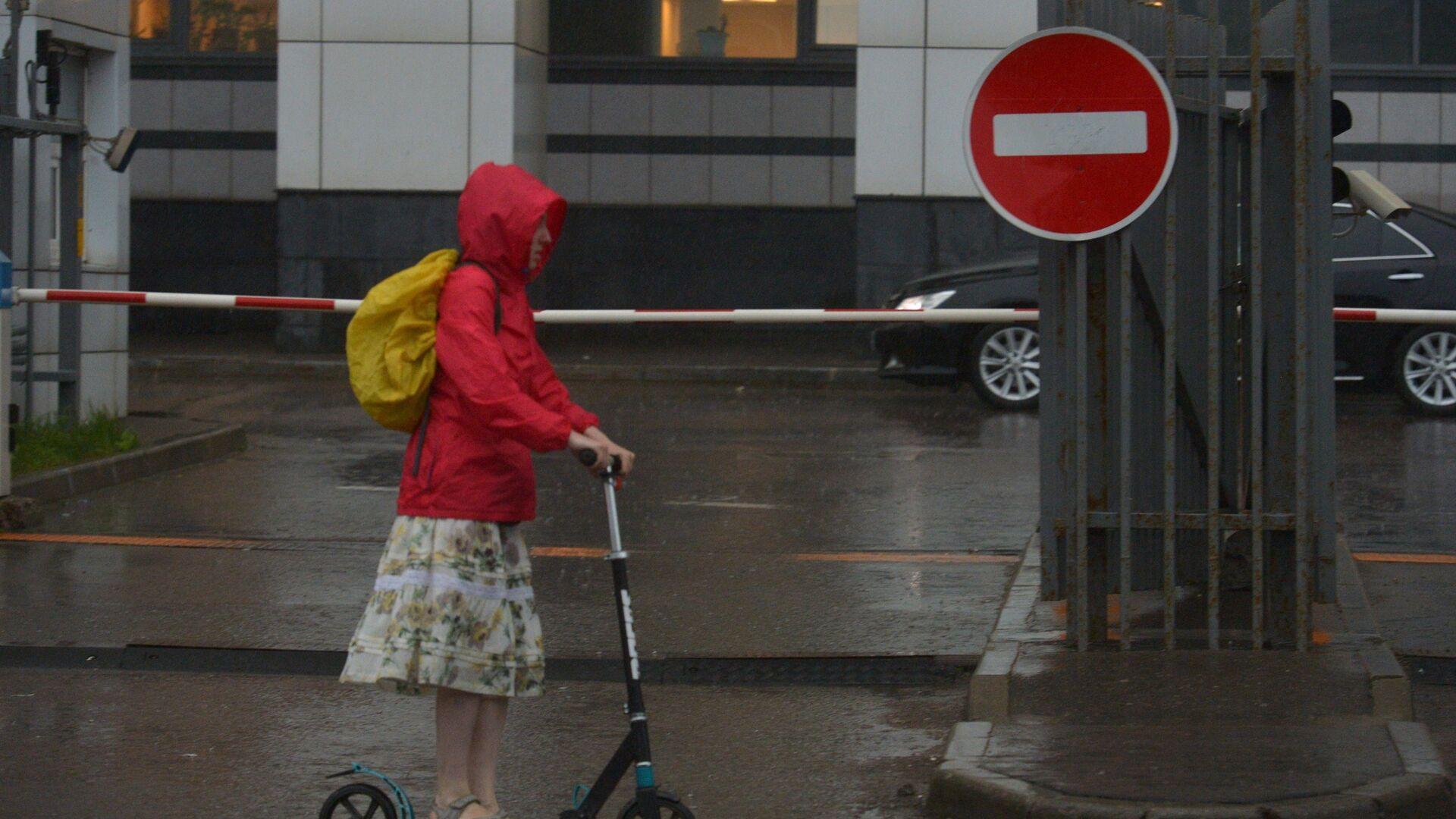 Девушка на самокате во время дождя - РИА Новости, 1920, 15.09.2021