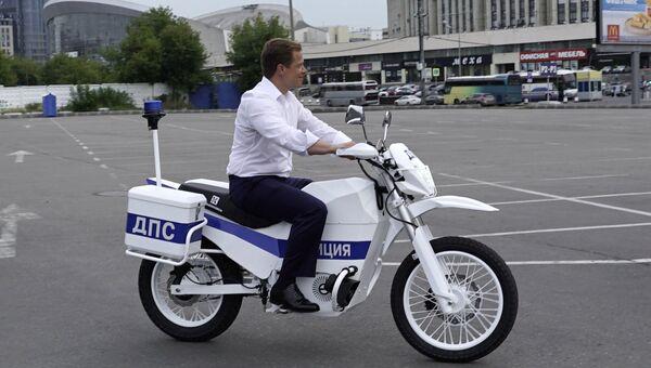 Заместитель мэра Москвы Максим Ликсутов во время демонстрации первых образцов электромотоциклов Иж для сотрудников ГИБДД. 15 июля 2017