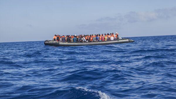 Лодка с мигрантами в Средиземном море. Архивное фото