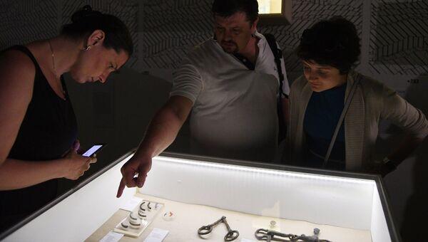 Посетители на выставке Тайны московских подземелий в Музее Москвы