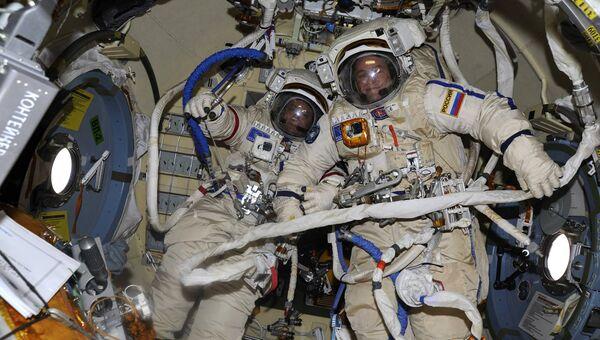 Космонавты Роскосмоса Федор Юрчихин и Сергей Рязанский готовятся к выходу в открытый космос. 17 августа 2017