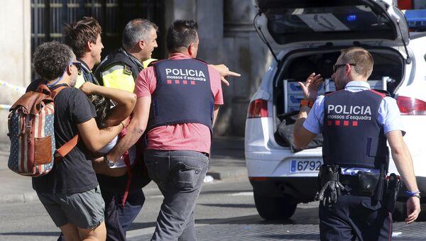 Пострадавший в результате наезда микроавтобуса на пешеходов в Барселоне. 17 августа 2017