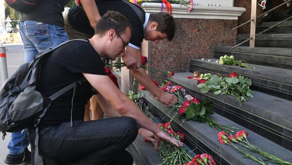 Жители Москвы принесли цветы к зданию посольства Испании в Москве в память о жертвах теракта в Барселоне. 18 августа 2017