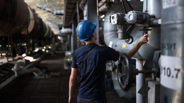 Рабочий на нефтебазе