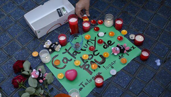 Цветы и свечи в память о жертвах теракта в Лас-Рамбласе, Испания. 18 августа 2017