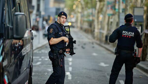 Испанские полицейские в оцепленном районе Барселоны. Архивное фото