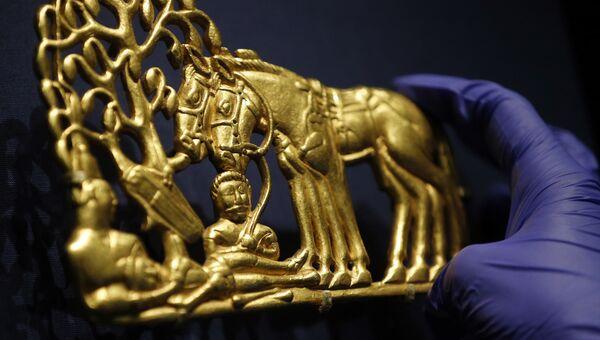 Золотой артефакт в Британском музее в Лондоне во время подготовки к выставке Скифы: воители древней Сибири