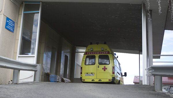 Автомобиль скорой помощи у приемно-диагностического отделения Сургутской клинической травматологической больницы. 19 августа 2017