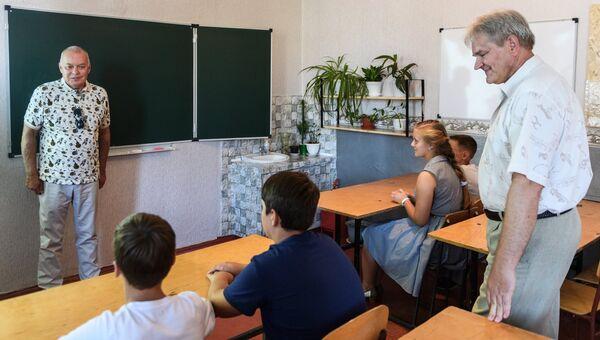 Генеральный директор МИА Россия сегодня Дмитрий Киселев (слева) во время посещения Коктебельской школы №1. Справа – директор школы Сергей Жирадков
