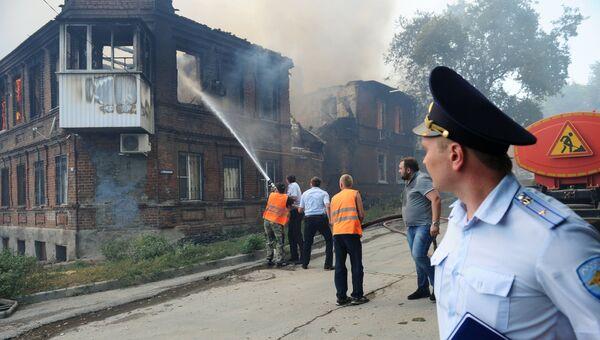 Сотрудники противопожарной службы МЧС России во время ликвидации пожара в Ростове-на-Дону