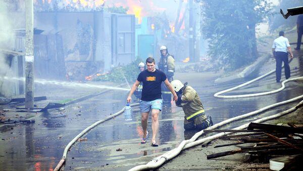 Сотрудники противопожарной службы МЧС России во время ликвидации пожара в Ростове-на-Дону. 21 августа 2017