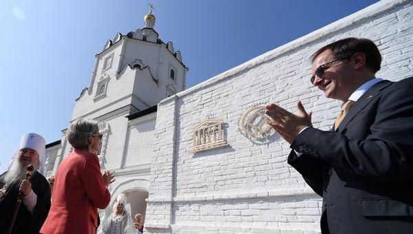 Генеральный директор ЮНЕСКО Ирина Бокова и министр культуры РФ Владимир Мединский на церемонии открытия таблички ЮНЕСКО на Успенском соборе в Свияжске. 21 августа 2017