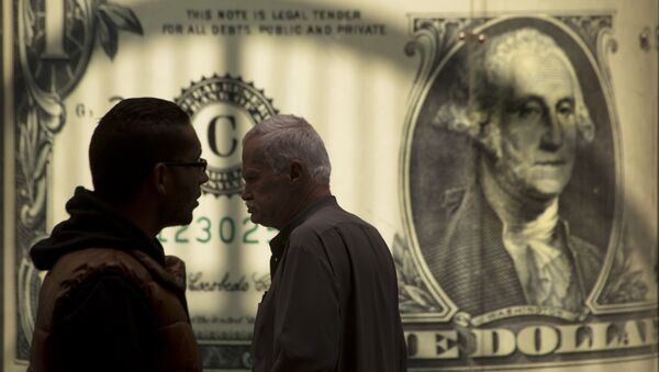 Мужчины возле баннера с изображением американского доллара. Архивное фото