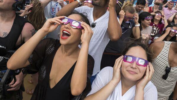 Люди наблюдают за солнечным затмением на корабле. 21 августа 2017
