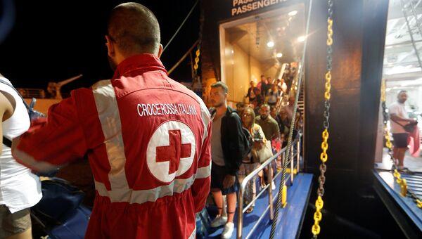 Туристы высаживаются с парома в порту Поццуоли после землетрясения на острове Искья