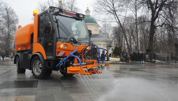 Уборочная машина моет аллею на территории Ваганьковского кладбища. Архивное фото