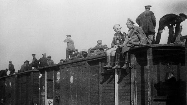Революционно настроенные солдаты русской армии возвращаются с фронтов 1-й Мировой войны