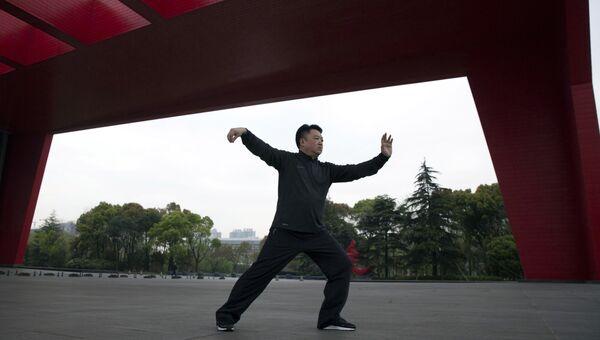 Выступление мастера традиционной китайской техники тайцзицюань. Архивное фото