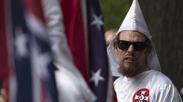 Член Ку-клукс-клана во время акции против демонтажа памятников деятелям Конфедерации в Шарлоттсвилле, США. 7 августа 2017
