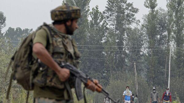 Жители Кашмира и солдат индийской армии. Архивное фото